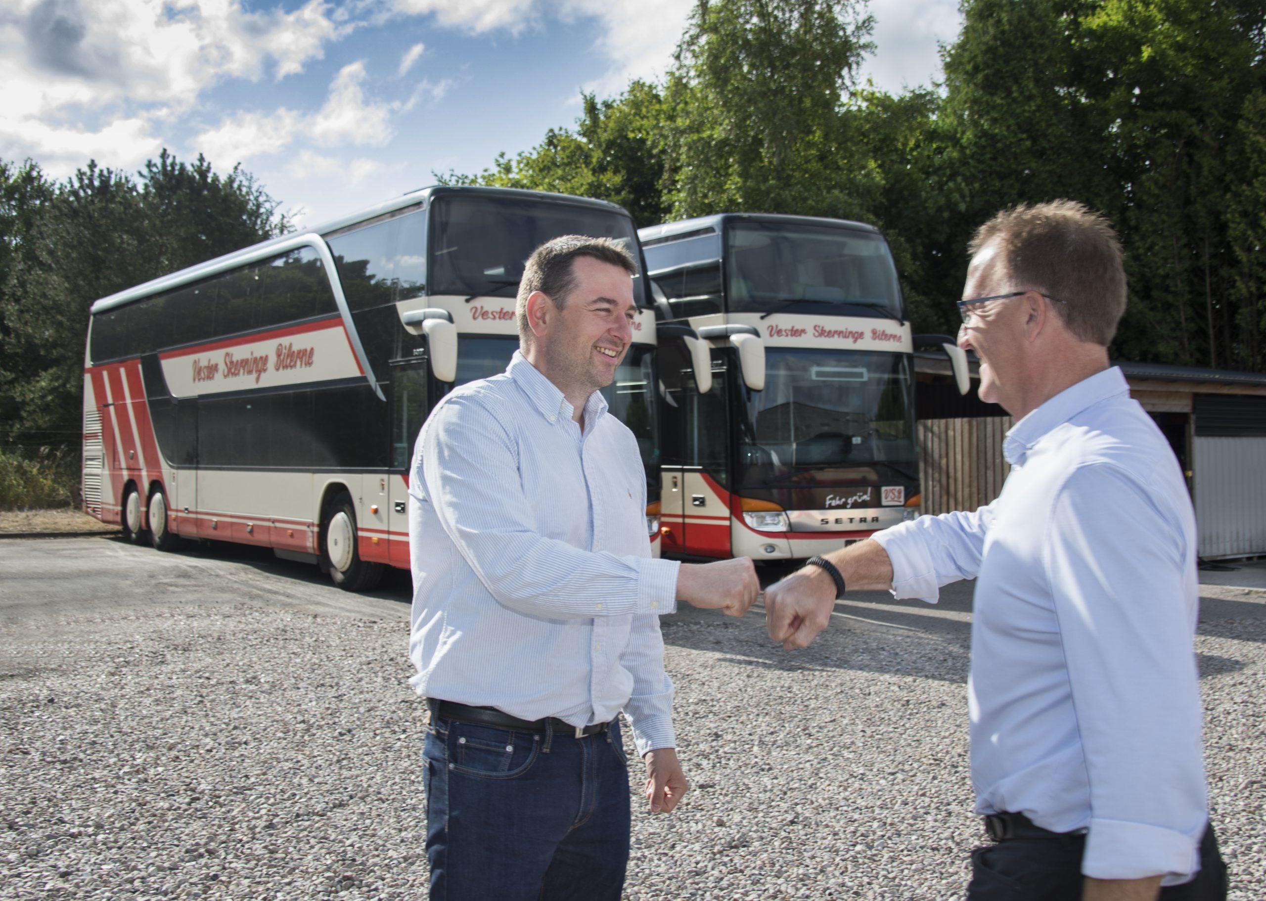 Vikingbus-samarbejdet er blevet 130 busser og cirka 100 medarbejdere større efter købet af Vester Skerninge Bilerne. Til venstre Anders Larsen fra det sydfynske busselskab og Mogens Pedersen, administrerende direktør for Vikingbus. PR-foto.