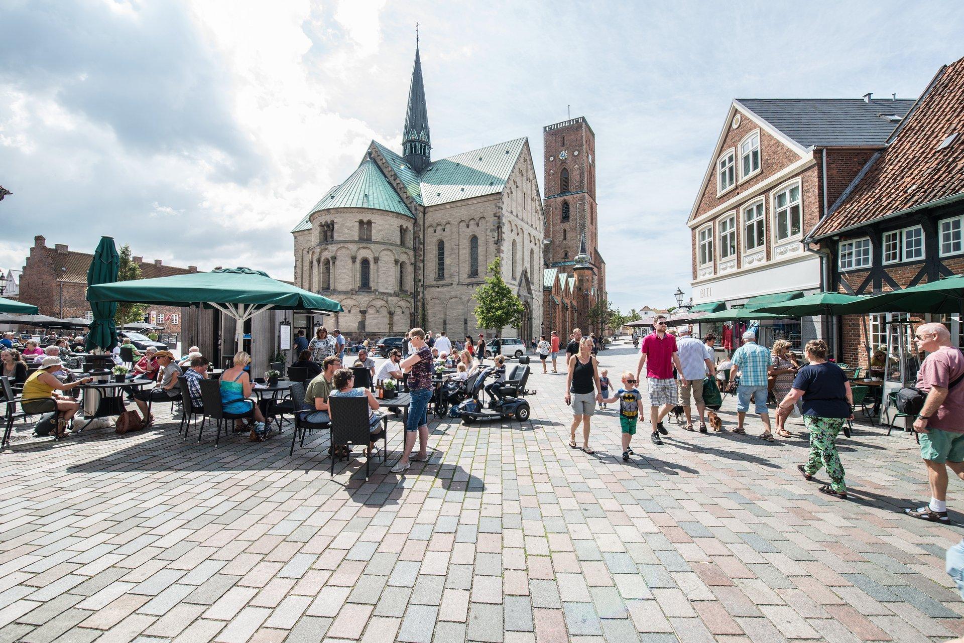 Også sønderjyske Ribe savner de udenlandske turister.Her foto fra Ribe Domkirkeplads via VisitDenmark: Torben Meyer, Esbjerg Kommune.