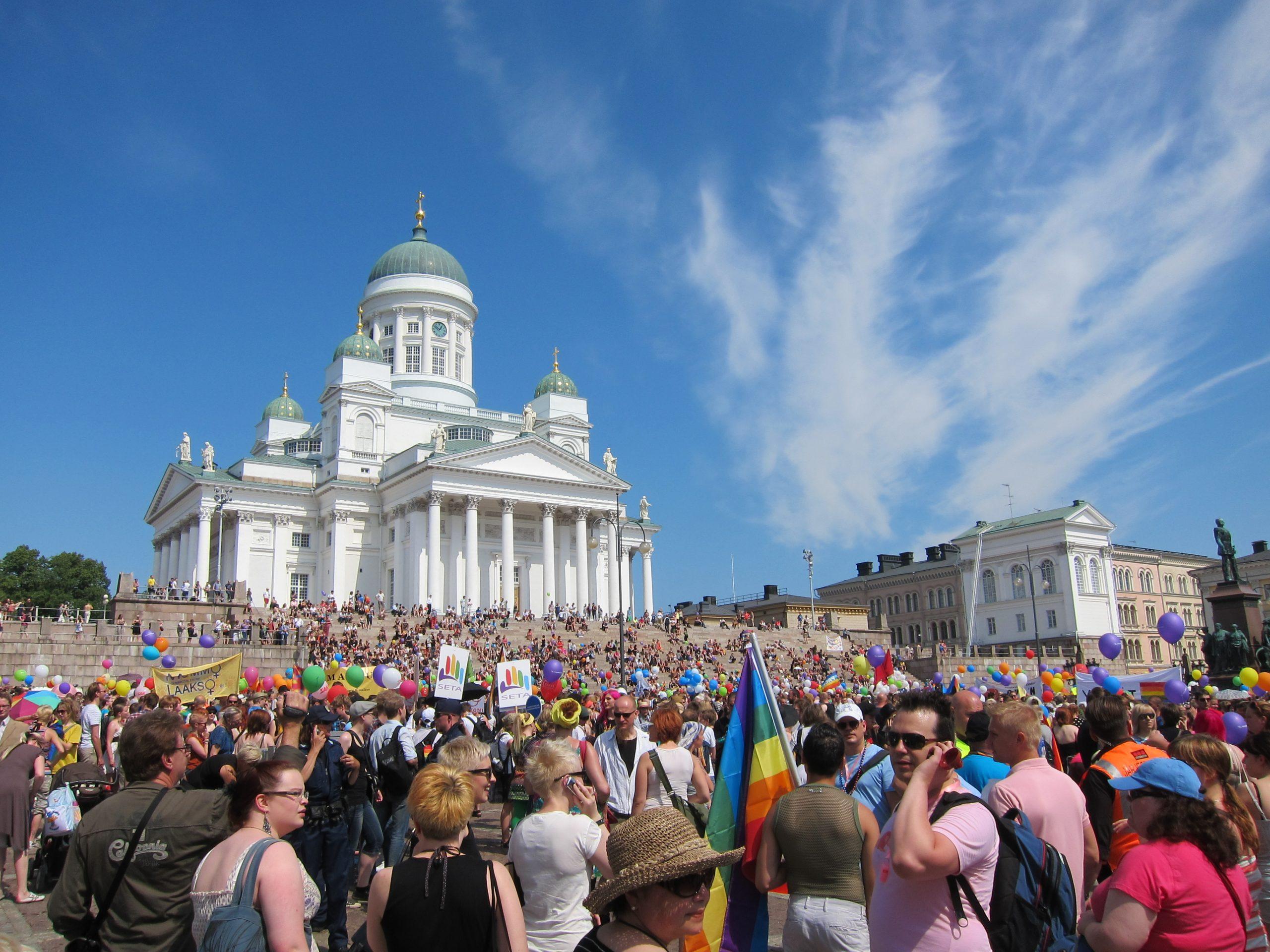 Finland har længe haft lave smittetal, men har opretholdt meget strikse indrejsekrav til for eksempel danske turister. Her er det fra Senatstorvet i den finske hovedstad, Helsinki. Wikipediafoto: Adrián Pérez.