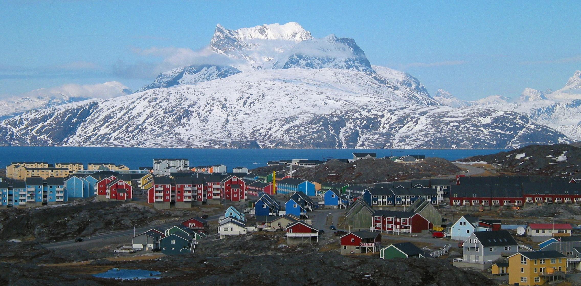 Grønlands hovedstad, Nuuk, med Sermitsiaq-fjeldet i baggrunden, er blandt de 100 udvalgte rejsemål verden over hos Time Magazine. Wikipediafoto: Oliver Schauf.