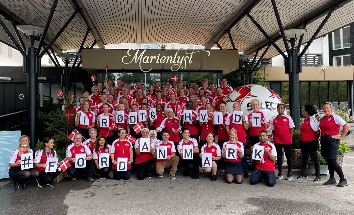 Marienlyst Strandhotel har 200 fastansatte medarbejdere plus cirka 200 deltidsansatte. Her er en stor del af personalet i danske landsholdstrøjer. Linkedinfoto fra Marienlyst Strandhotel.