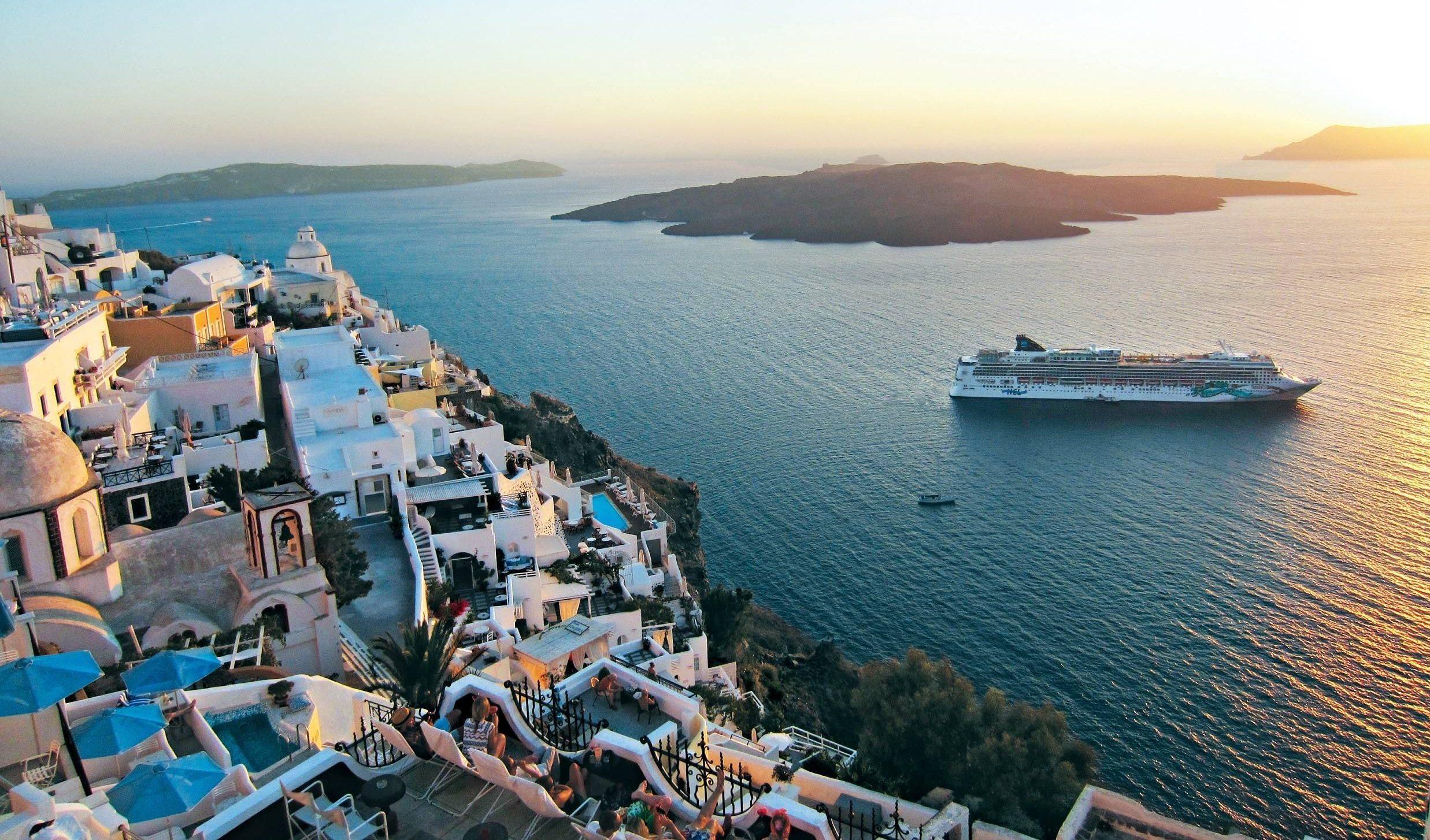 Norwegian er igen begyndt at sejle i Middelhavet. Til at begynde med sejler Norwegian Jade krydstogter på én uge, hvor blandt andet Santorini, billedet, besøges. Pressefoto: Norwegian Cruise Line.