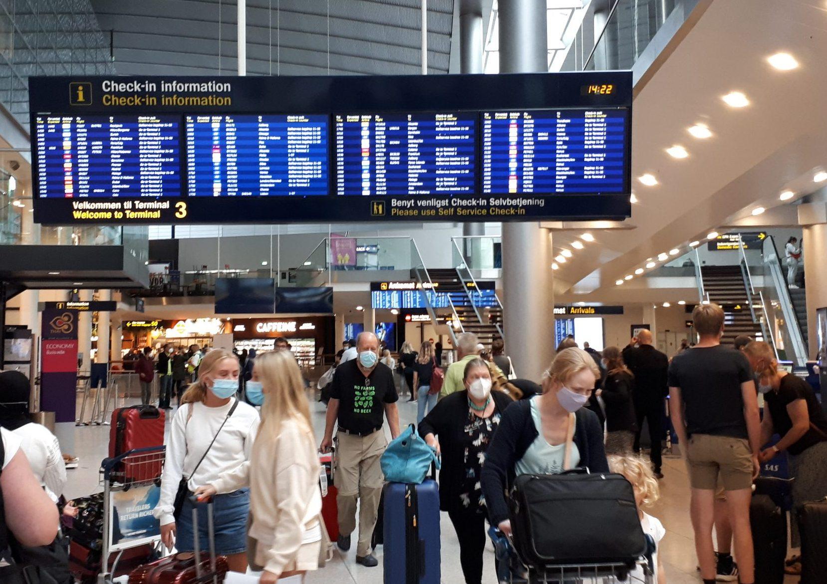 """Flypassagerer i Københavns Lufthavn. """"Når nogle siger, at andre landes rejsegarantiordninger, er billigere, så køber jeg ikke den påstand,"""" siger advokat i Danmarks Rejsebureau Forening. Arkivfoto: Henrik Baumgarten."""
