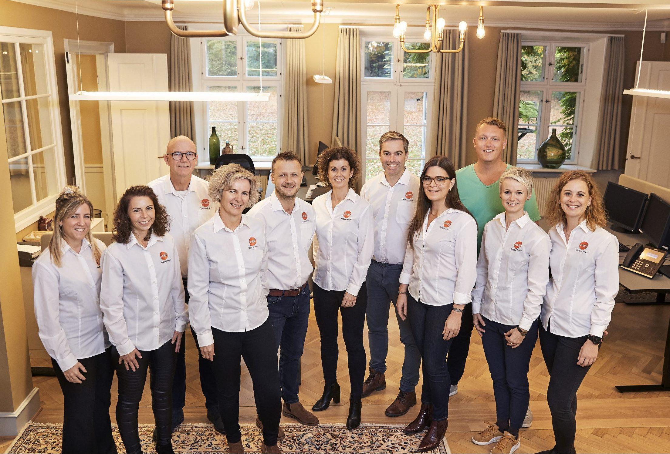 Medarbejdere i Primo Tours på hovedkvarteret i Ringkøbing med administrerende direktør Bjarke Hansen i en af sine karakteristiske lysegrønne T-shirts. PR-foto: Primo Tours.