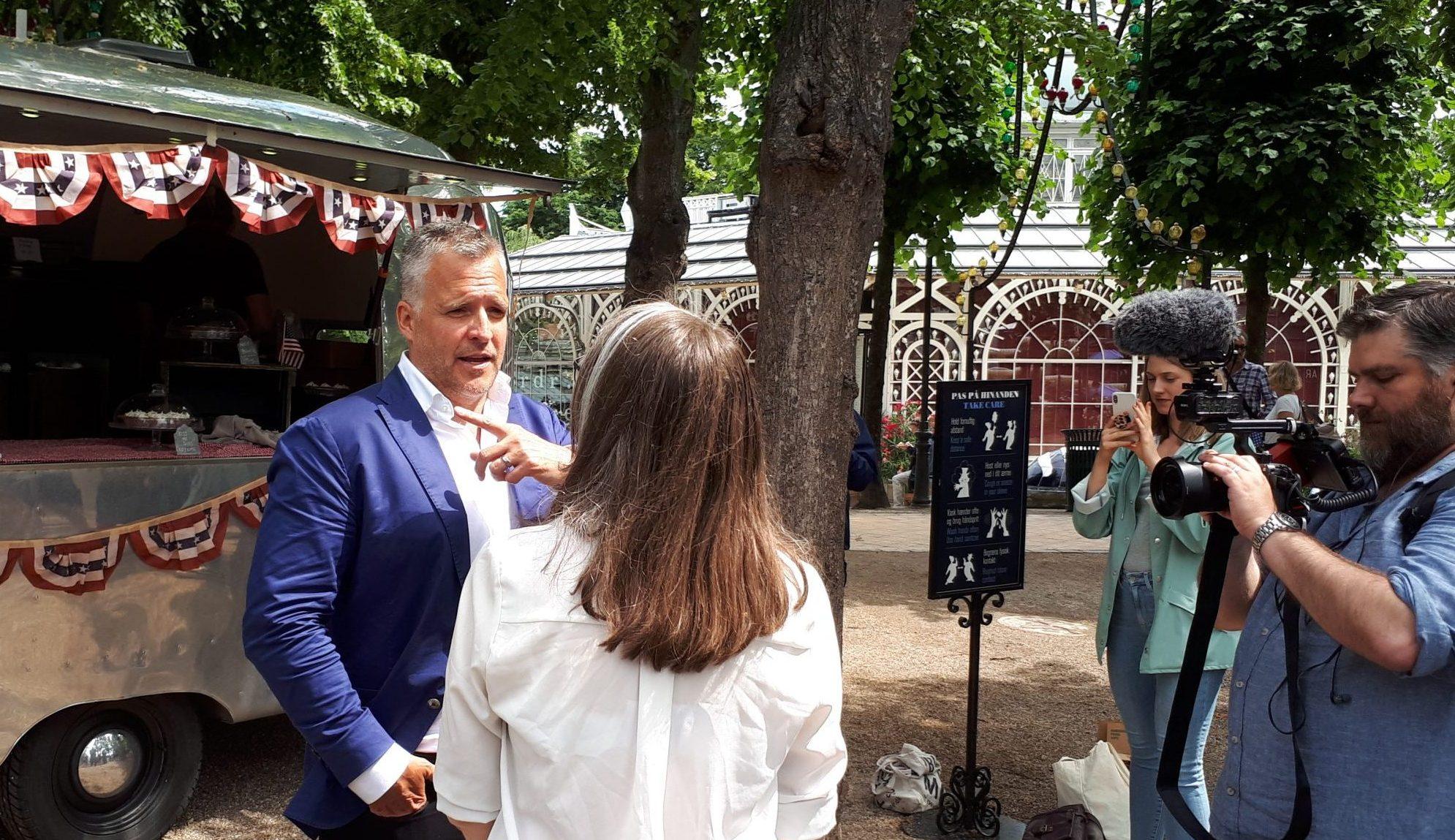 Efter at have været på scenen i Tivoli ville mange private danskere og medier gerne tale med Rufus Gifford. Foto: Henrik Baumgarten.