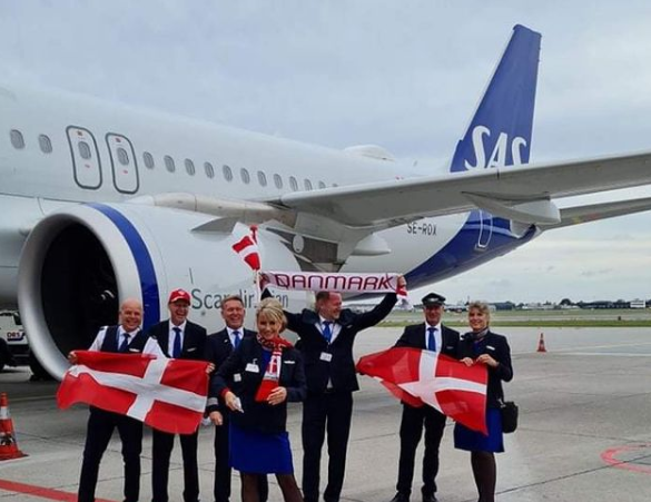 Hovedparten af besætningen på SAS' særflyvning fra København til Luton-lufthavnen inden afgangen fra Københavns Lufthavn. Instagramfoto: Søren Johansen