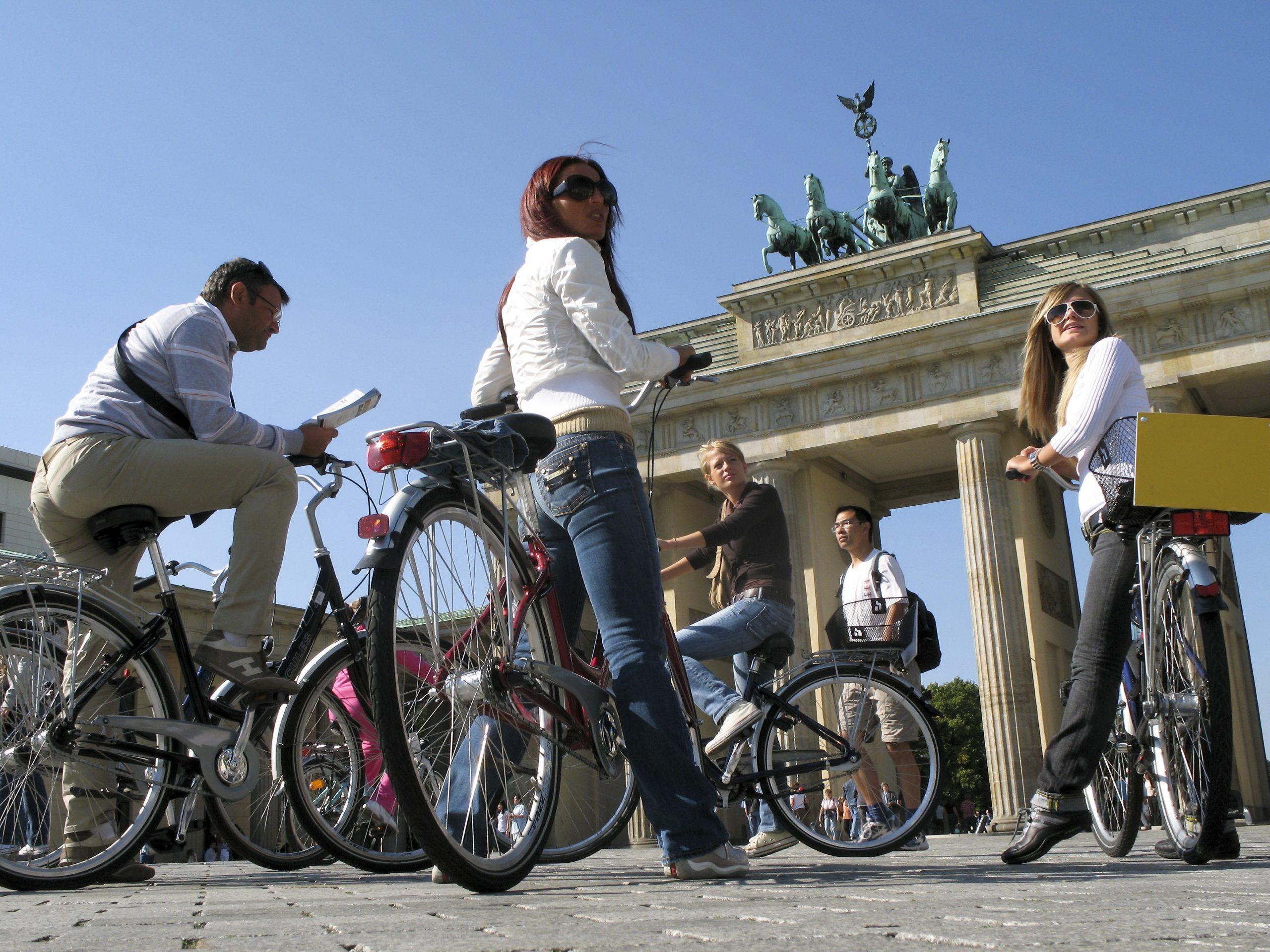 Berlin var øverst på top 10-liste over de byer, danskerne i maj søgte mest efter på Booking.com. Her er det turister ved Brandenburger Tor, foto for VisitBerlin: Pierre Adenis.