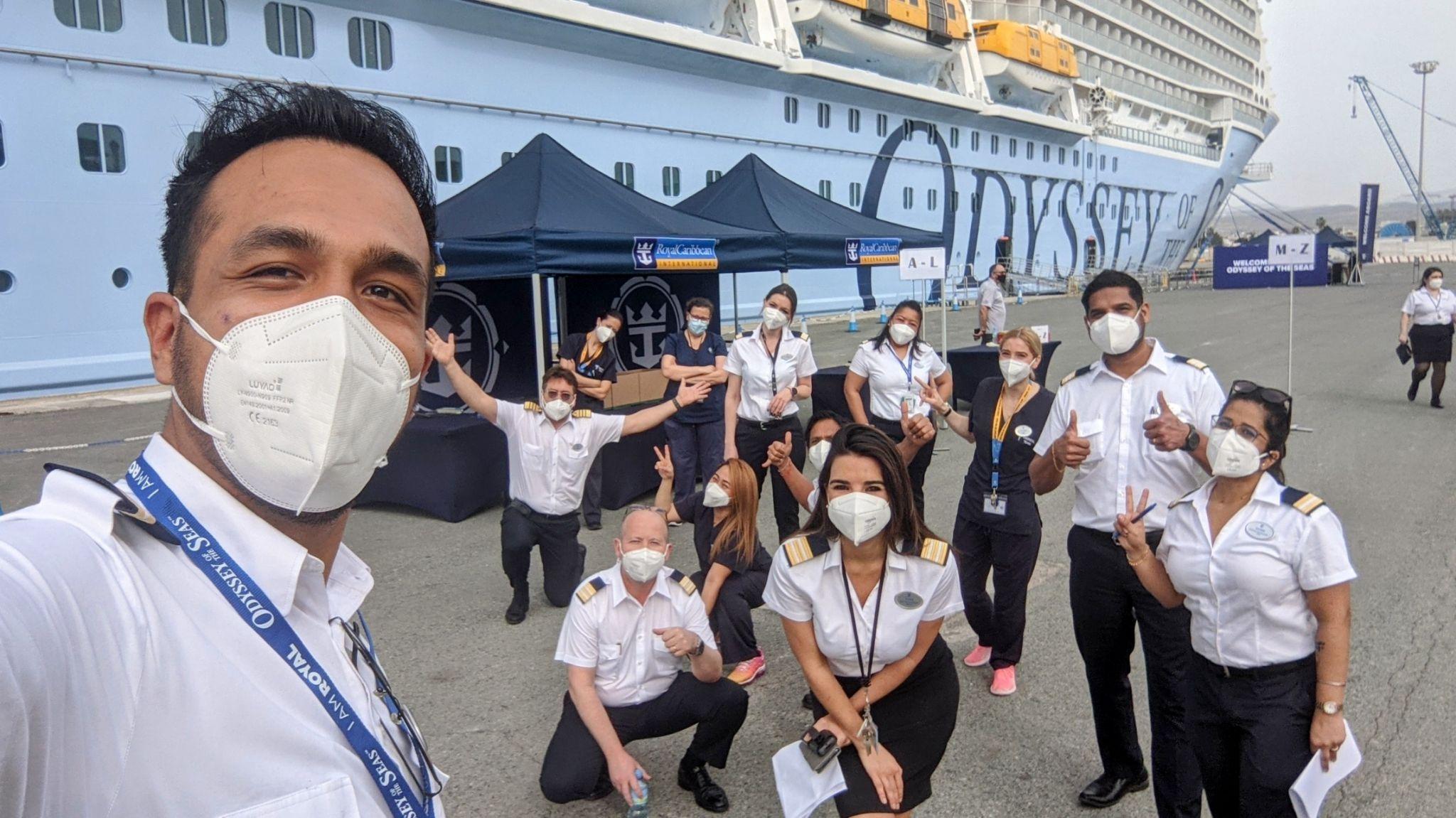 Besætningsmedlemmer fra Royal Caribbean-skibet Odyssey of the Seas gør klar til igen at sejle. Rederiet kræver, at alle passagerer over 12 år skal være færdigvaccineret. Besætningerne er også vaccineret.PR-foto fra Royal Caribbean Group.