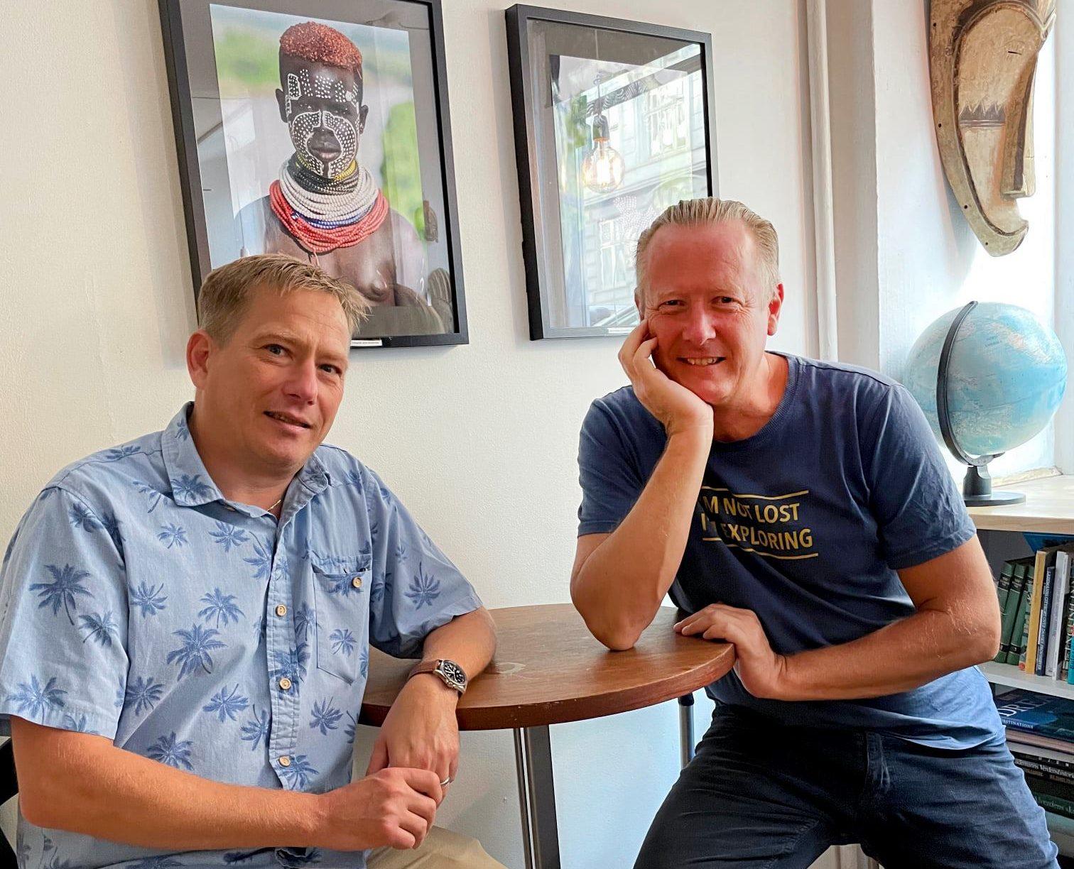 Fra lørdagens 25-års jubilæum i De Berejstes Klub. Den nuværende formand Svend Bergmann, til venstre, med foreningens stifter, Ole Egholm. Foto: De Berejstes Klub.