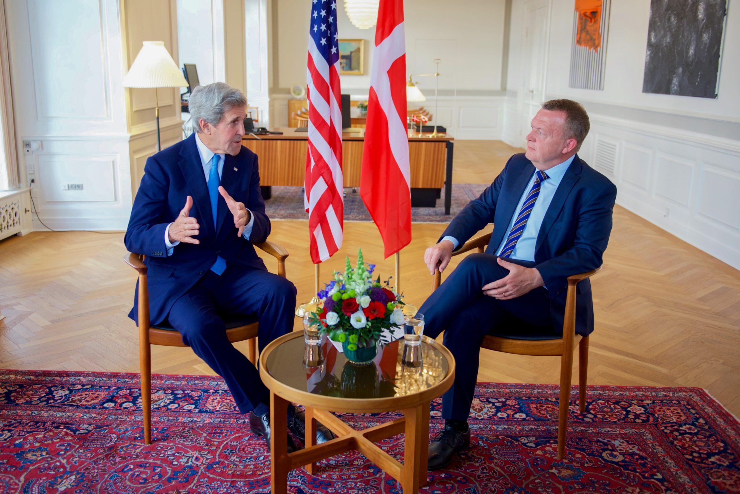 Den daværende amerikanske udenrigsminister, John Kerry, og den daværende danske statsminister, Lars Løkke Rasmussen, sidder på statsministerens kontor i et par originale Wegner-stolen under John Kerrys besøg i København i juni 2016. Foto: State Department photo/ Public Domain.