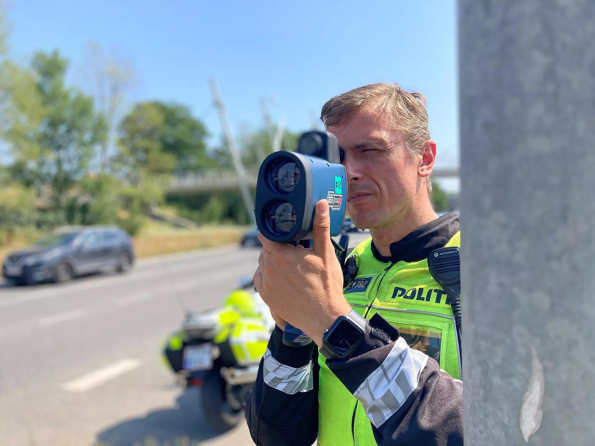 Politiet har fået nye og bedre lasere, der fra længere afstand end de gamle kan fartmåle blandt andet vanvidsbilister. Twitterfoto fra Københavns Politi.