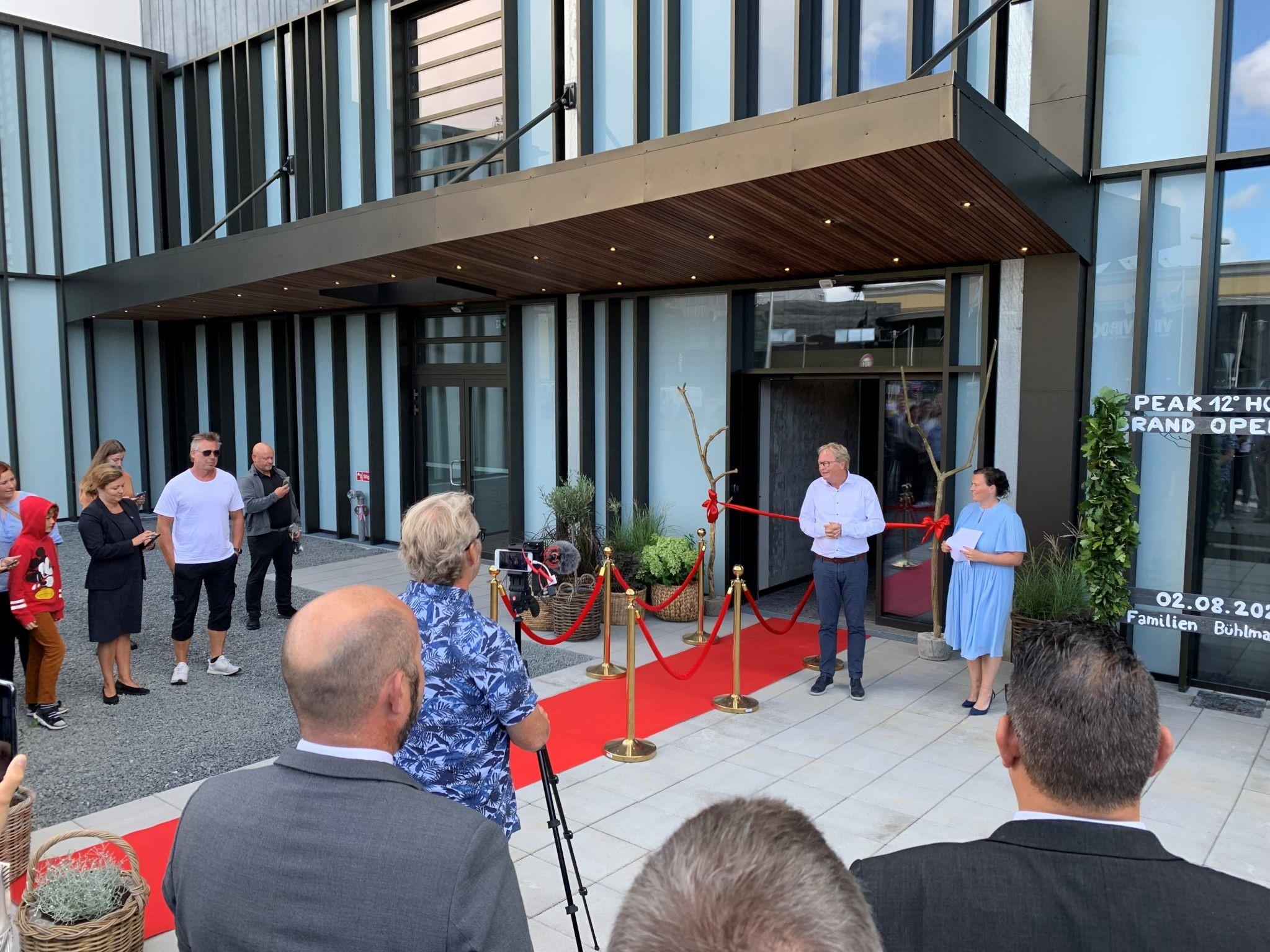 Viborgs borgmester, Ulrik Wilbek, holder åbningstale ved ibrugtagningen af Peak 12-hotellet mandag. Linkedinfoto fra VisitAarhusregionen.