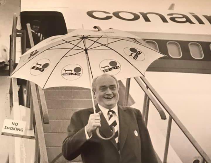 Rejsekongen Simon Spies på vej ned fra et af sine Conair-fly, forgængeren for vore dages Sunclass Airlines. Privatfoto via Spies.