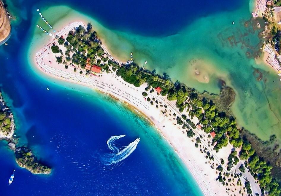 Tyrkiet, der er orange i de danske rejsevejledninger, har overhalet Spanien som det land, danskerne har mest coronasmitte med hjem fra. Her er det fra Ölüdeniz i ved Tyrkiets sydlige Middelhavskyst. Wikipediafoto: Sevtap Ön.