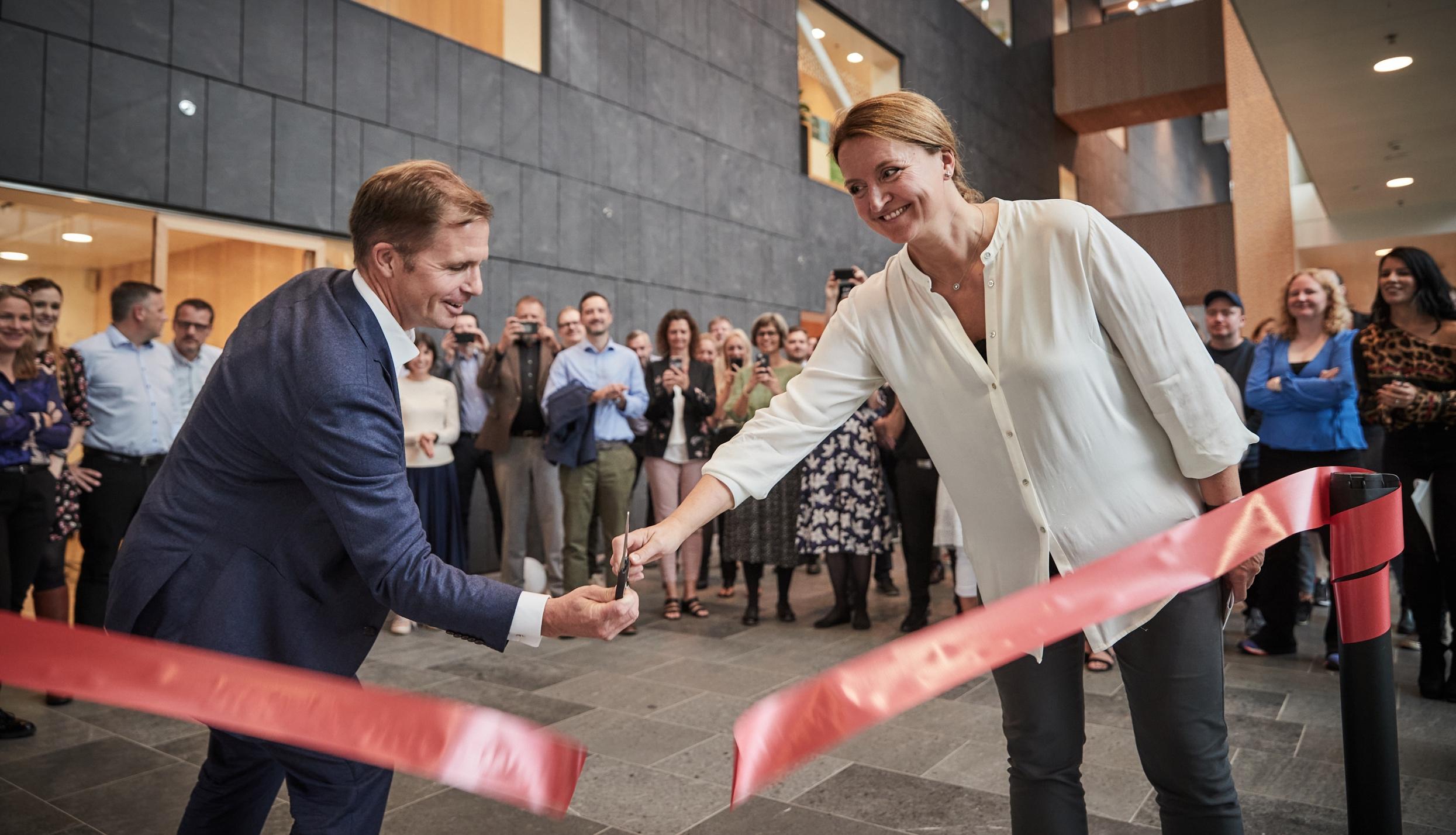Ved åbningen af Novasols nye kundeservicecenter i Aksen i Aarhus deltog koncernchef for Awaze-gruppen, der ejer Novasol, Henrik Kjellberg, og byrådsmedlem i Aarhus Kommune, Heidi Bank. Pressefoto fra Novasol: Jakob Lerche.
