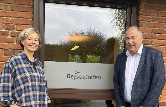 Rejsechefen er det nye navn for Peter Kjærgaards rejsebureau, Holstebro RejseCenter, og Herning RejseCenter, der blev grundlagt af Lene Overgård. De fusionerede i 2018 og vil under navnet Rejsechefen fortsat have speciale i erhvervsrejser og sportsrejser. PR-foto.