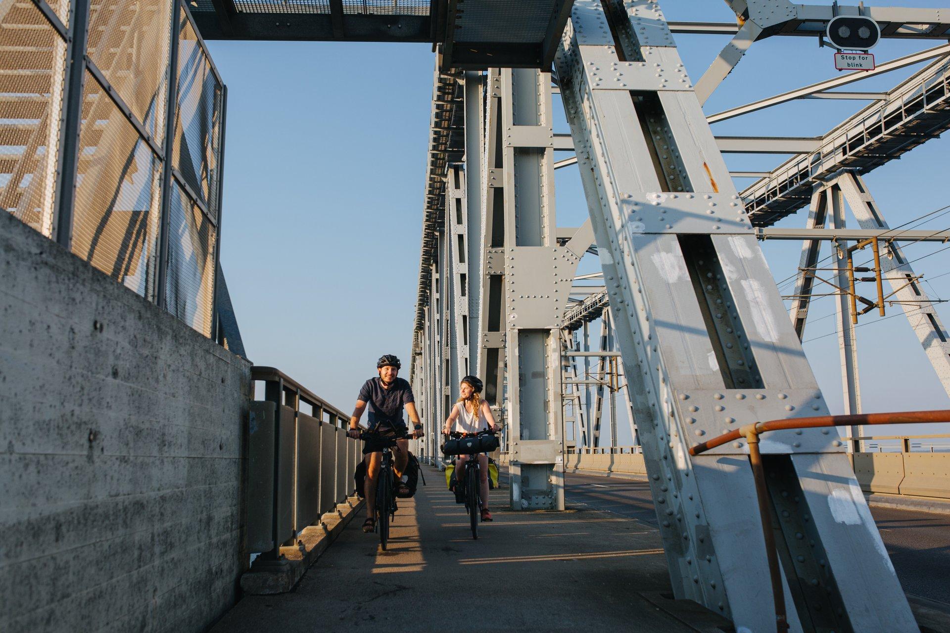 Cykelture på for eksempel Den gamle Lillebæltsbro kan være del i de aktiviteter det nye rejsebureau HR-Travel kan tilbyde. Pressefoto via VisitDenmark: Michael Fiukowski og Sarah Moritz.