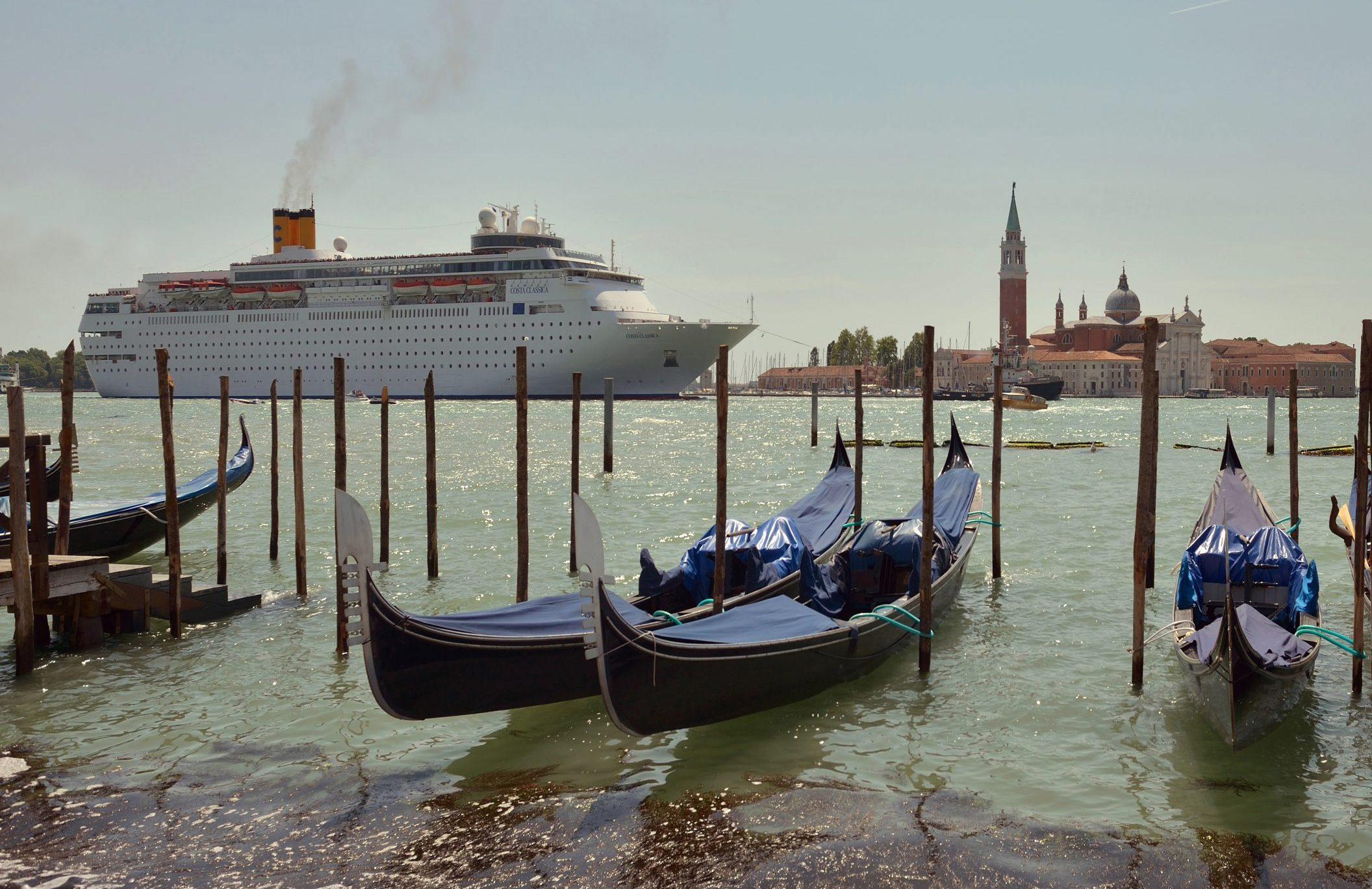 Venedig har forbudt anløb af store krydstogtskibe, de skal i stedet gå til kaj i en nærliggende havn. Byen planlægger også at opkræve entre for endagsturister. Arkivfoto via Wikipedia: Wolfgang Moroder.