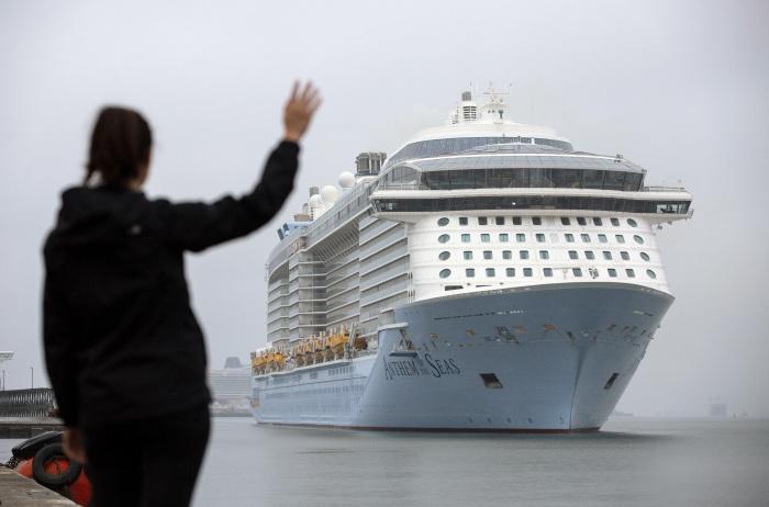 Også krydstogtskibene fra Royal Caribbean Group er på vej tilbage efter coronakrisen. Her anløber Anthem of the Seas fra Royal Caribbean International i juni havnen i sydengelske Southampton. Herfra har skibet krydstogter rundt om Storbritannien med blandt andet færdigvaccinerede passagerer. Pressefoto: Royal Caribbean International.