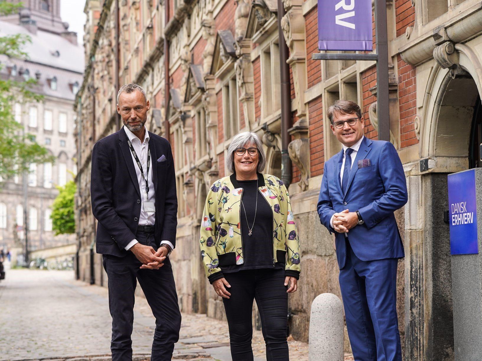 Lise Egenius bliver general manager for 25hours' første hotel i Skandinavien, der åbner til marts næste år i København. Her flankeres hun af Lars Ramme Nielsen, chef for turisme- og oplevelsesøkonomi hos Dansk Erhverv, til venstre, og brancheforeningens administrerende direktør, Brian Mikkelsen. Foto: Dansk Erhverv.