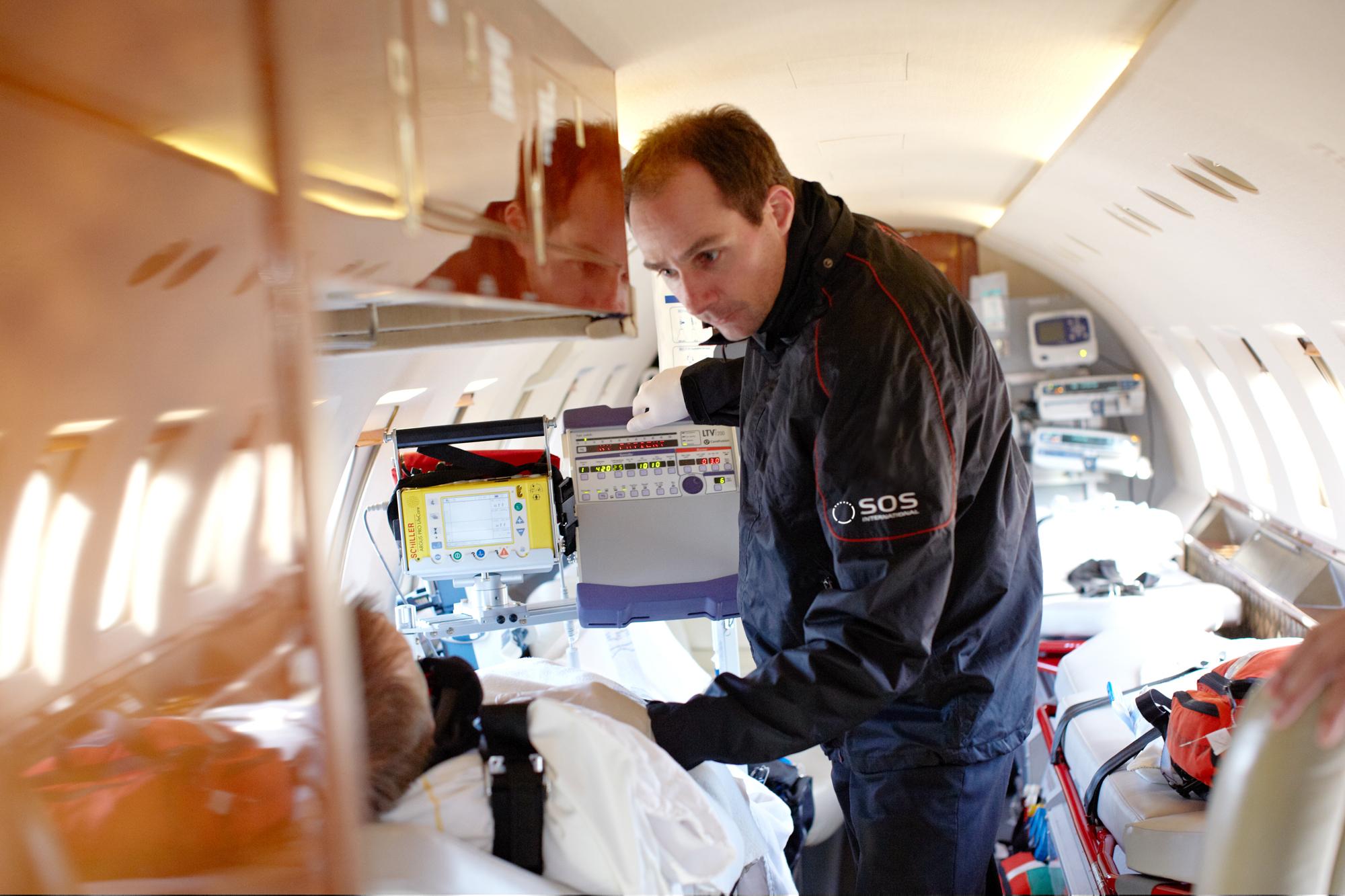 Nogle lande har været hårdt pressede, og det afspejler sig i stigende priser på medicinsk behandling, lyder det fra alarmcentralen SOS International, der blandt andet kan rykke ud med ambulancefly. Arkivfoto fra SOS International.