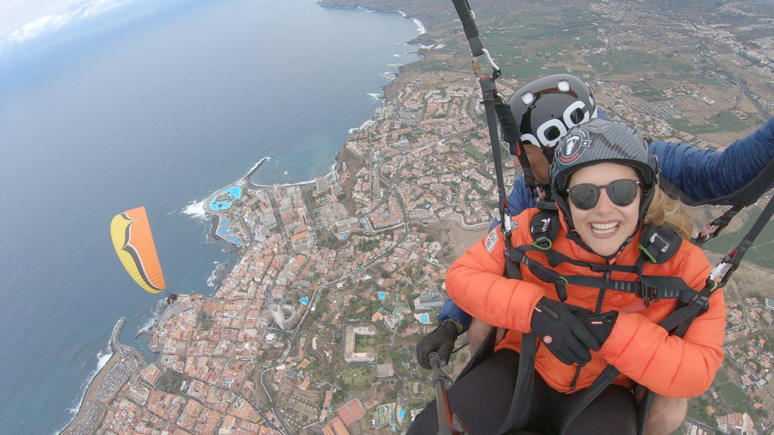 Smittetallet er faldet på De kanariske Øer, som derfor skifter fra gul til grøn i de nye danske rejsevejledninger. Her er der paragliding over Tenerife, den største af De kanariske Øer. Arkivpressefoto: Turismo de Tenerife.