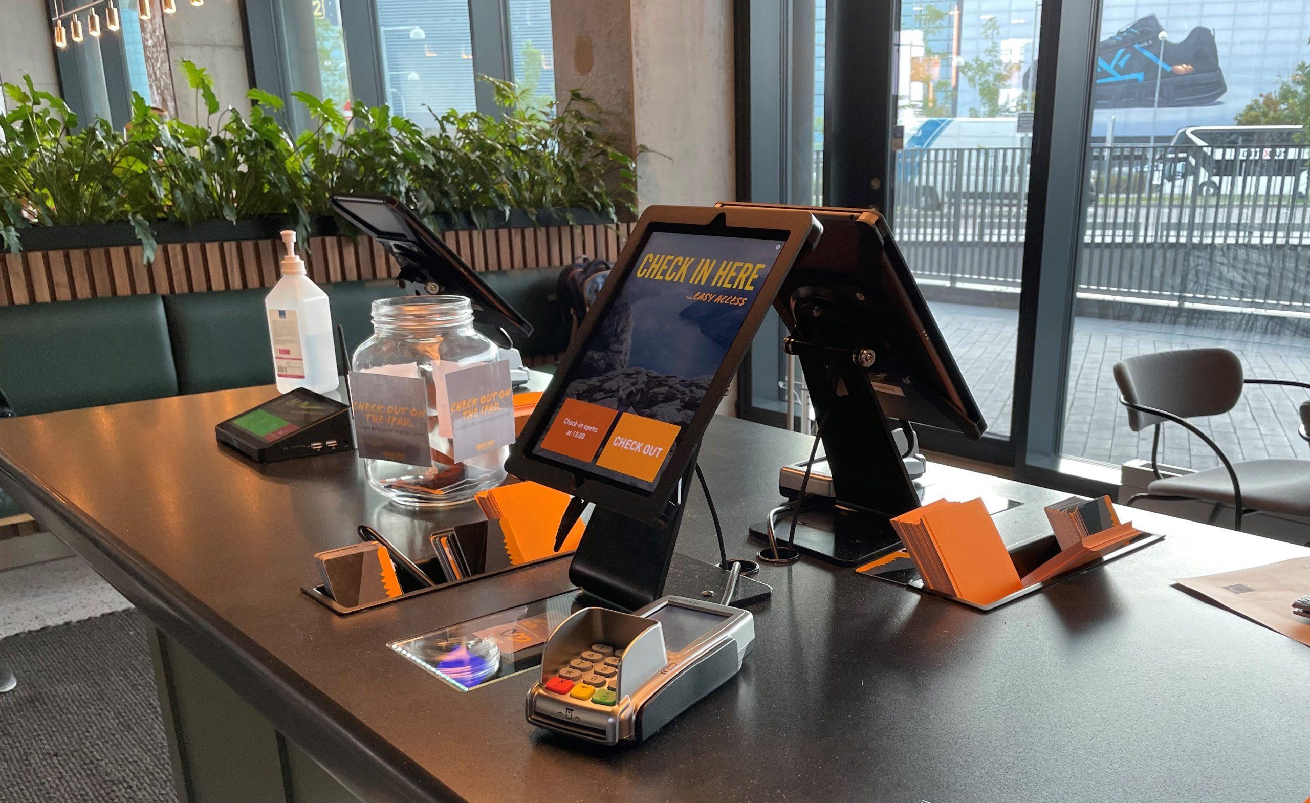 Selvbetjenings check-in på Comfort Hotel Copenhagen Airport. (Foto: Ole Kirchert Christensen)