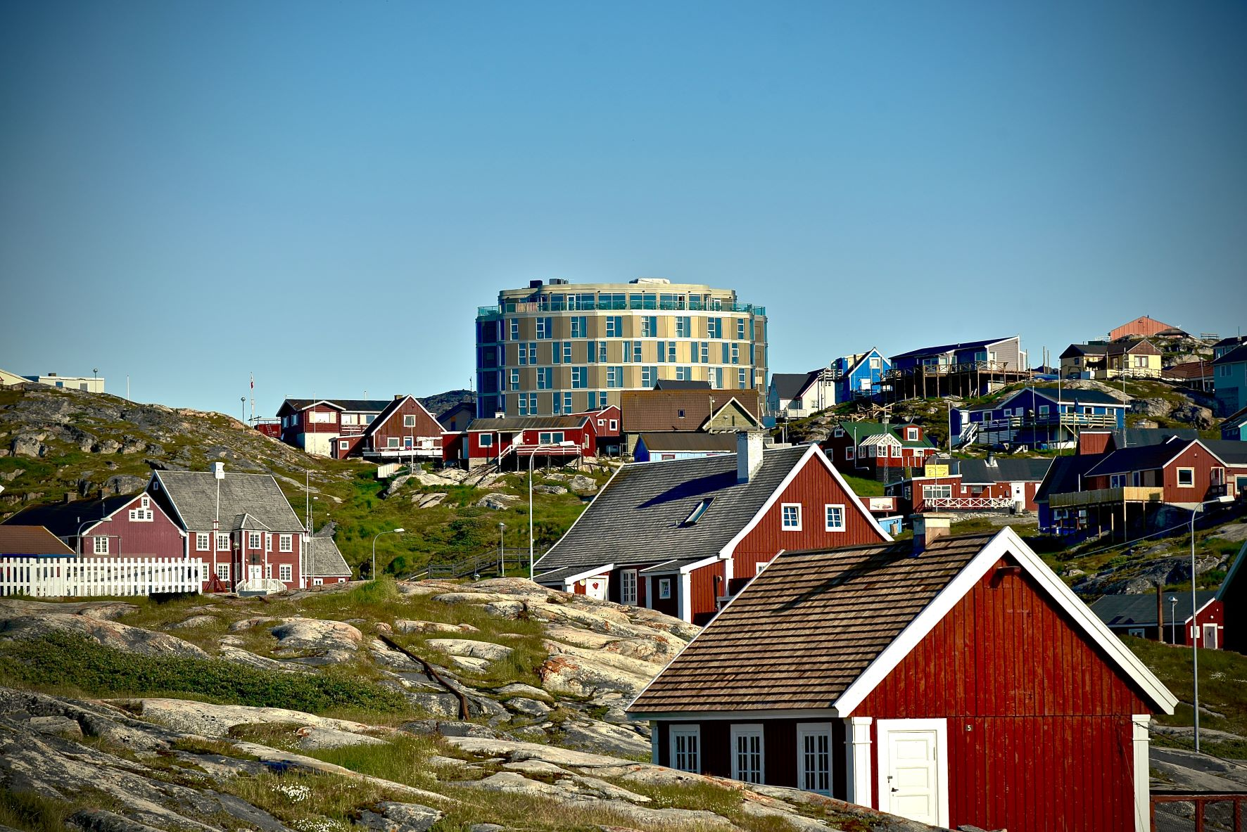 Grønland har efter et langt tilløb fået sin første internationale hotelkæde, Best Western, i Ilulissat. Hotellet er den runde, gyldne bygning på billedet. PR-foto: Best Western.