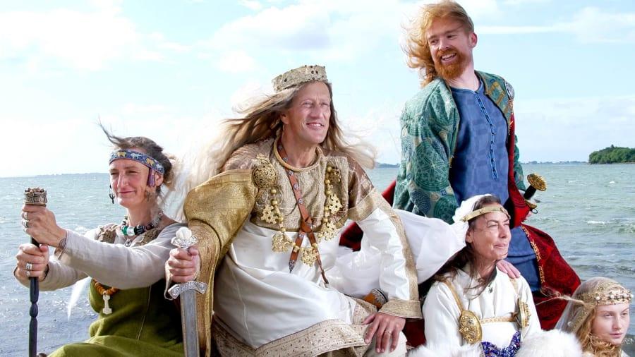 CNN's berømte studievært Richard Quest , i midten, udklædt som viking under besøget i Danmark. Foto venligst udlånt af Jim Lyngvild, jimlyngvild.com