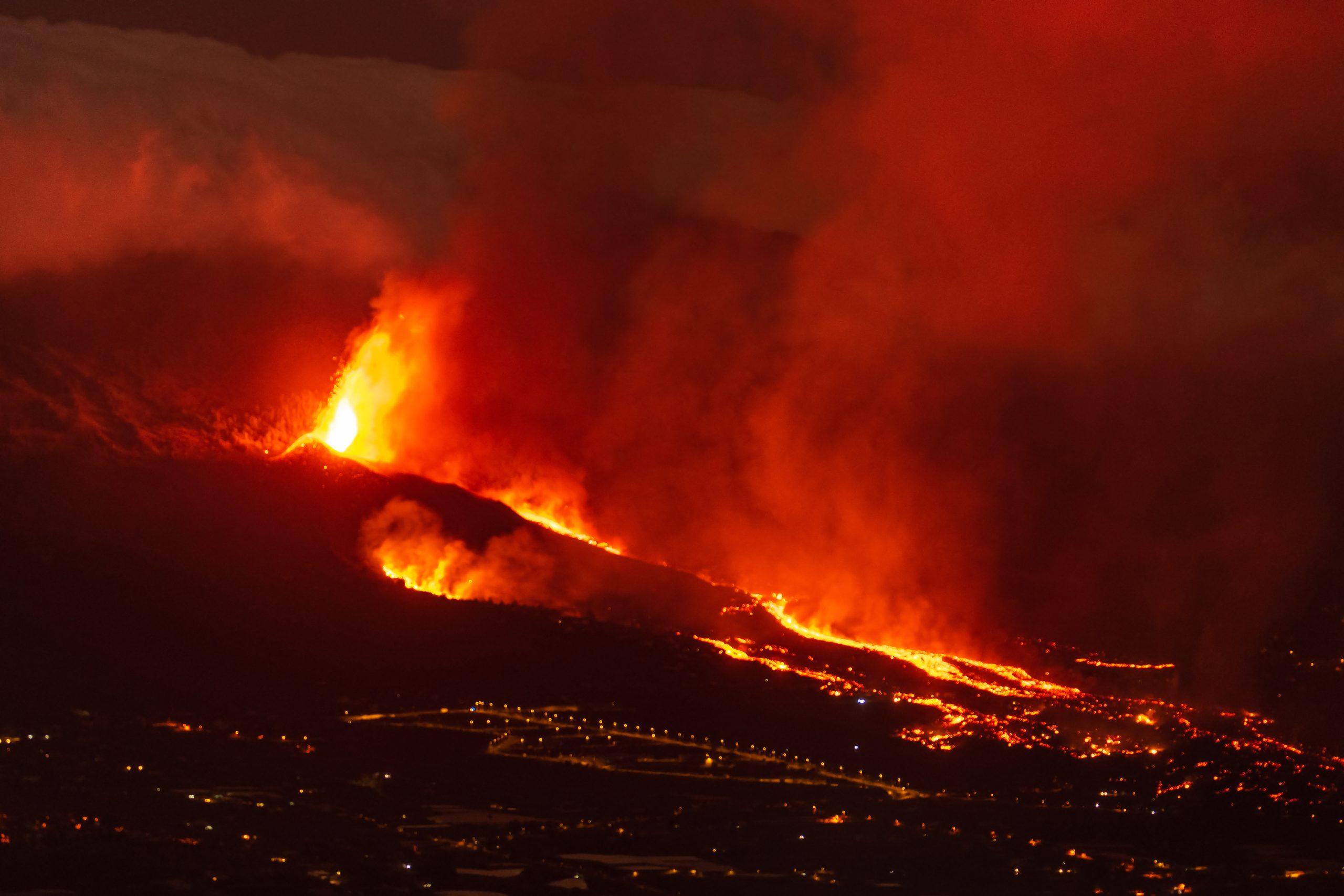 Der er mange flotte og dramatiske billeder fra det igangværende vulkanudbrud på La Palma, der nu får Bravo Tours til at flytte gæster til en anden kanarisk ø. Wikipediafoto: Eduardo Robaina.