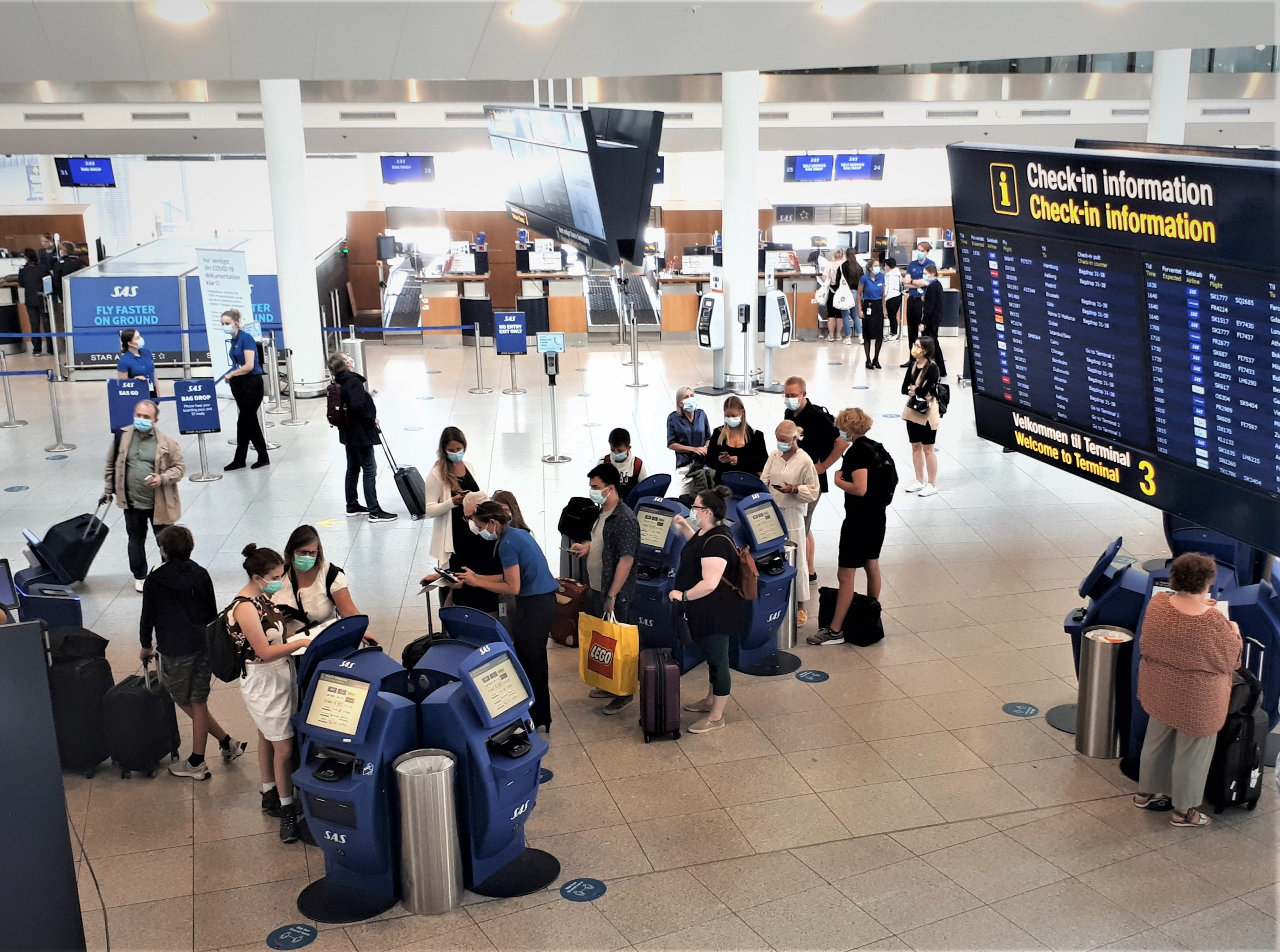 Den 31. oktober udløber den nuværende model for de danske rejsevejledninger, der er aftalt af Folketingets partier. De mødes i morgen for at drøfte, hvad der skal ske fra 1. november. Arkivfoto fra Københavns Lufthavn: Henrik Baumgarten.