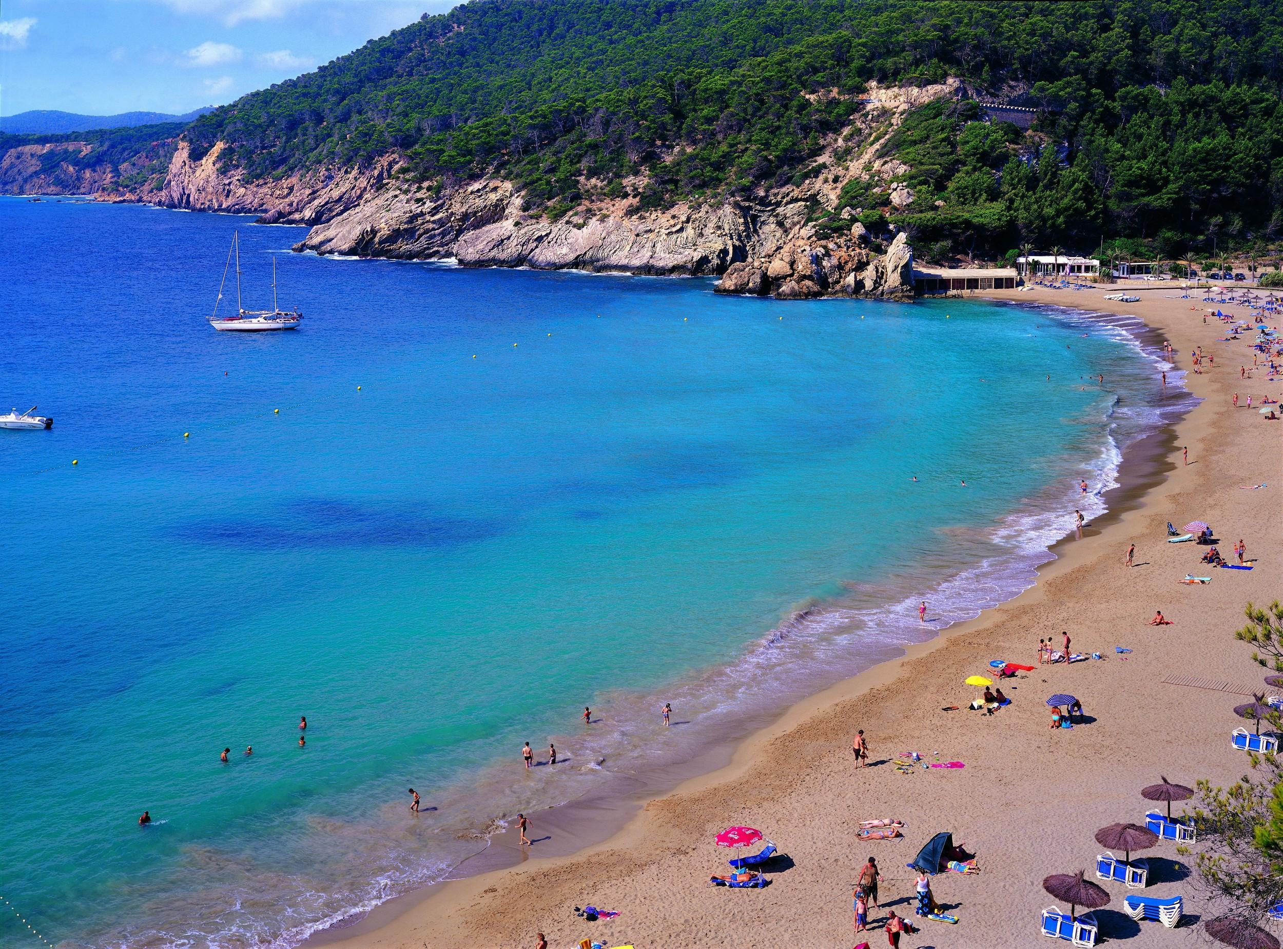 Hele Spanien og Italien samt blandt andet seks franske regioner plus portugisiske Madeira bliver atter grønne i de nye danske rejsevejledninger. Arkivfoto fra Ibiza: Jaume Capellà for AETIB (Agencia de Turismo de Baleares)